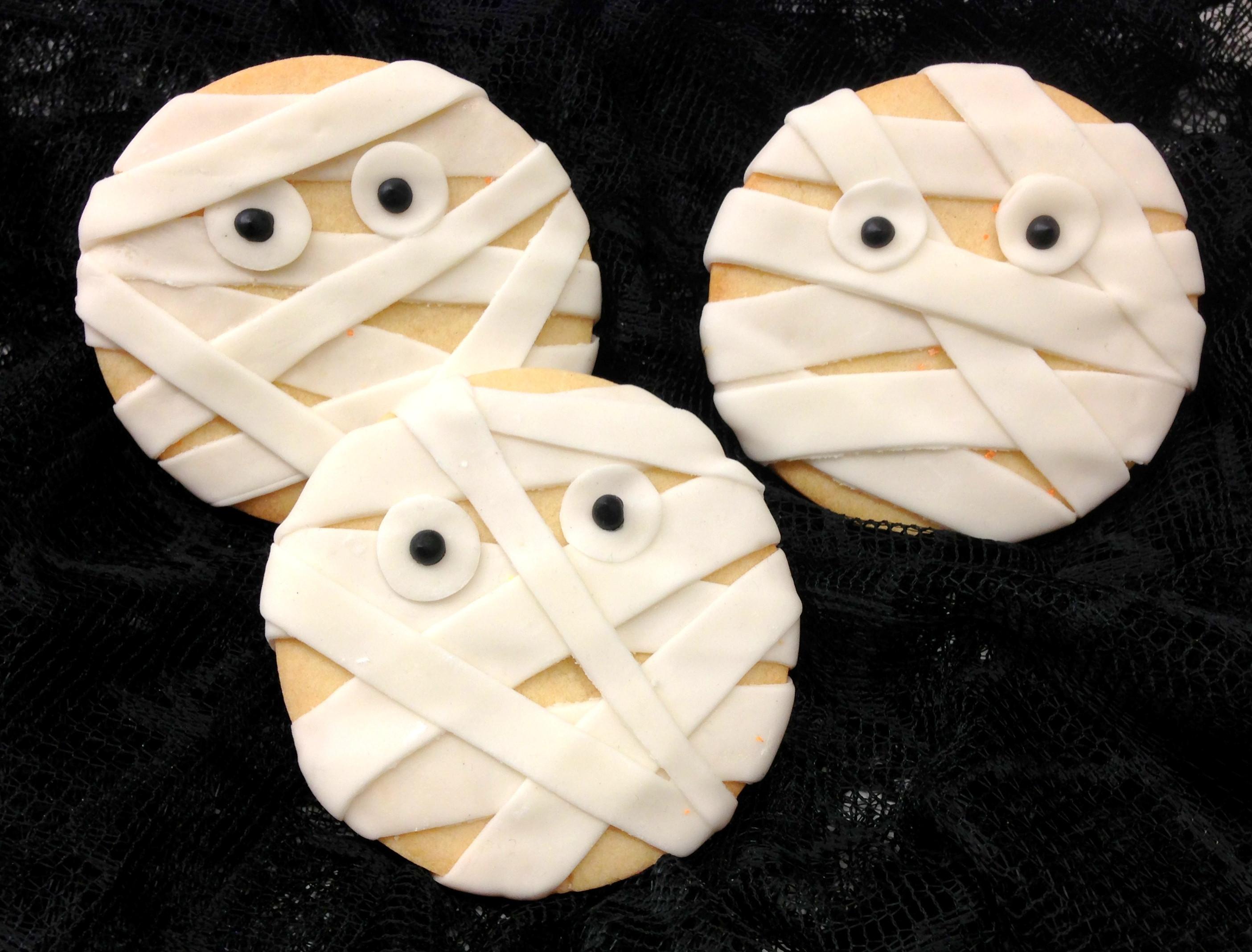 Mummy Cookies For Halloween  HALLOWEEN DESSERTS