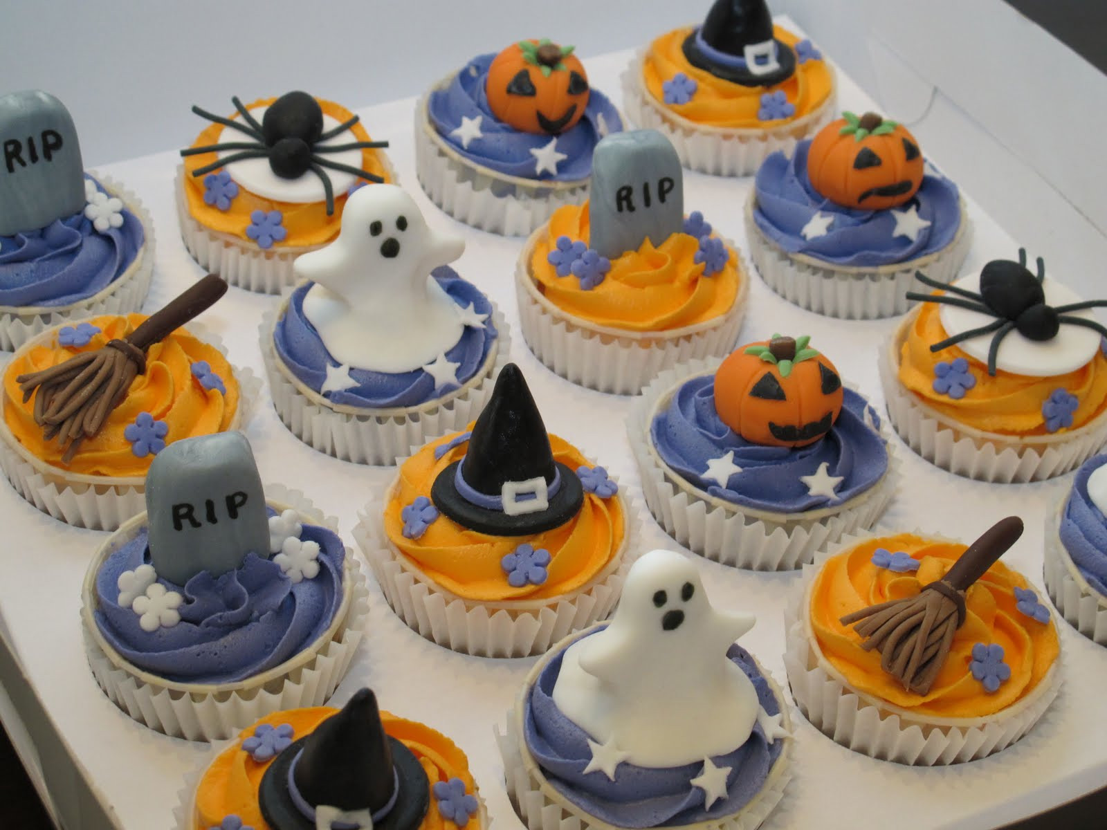 Picture Of Halloween Cupcakes  Pink Oven Cakes and Cookies Halloween cupcake ideas